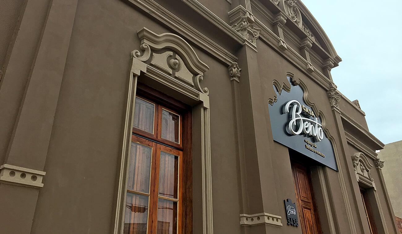 Logotipo na fachada em letra-caixa da Casabento Uruguaiana por Bedez Comunicação Porto Alegre